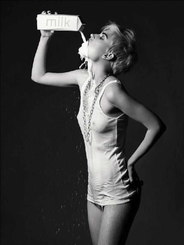 Una chica bebiendo leche de forma sexi