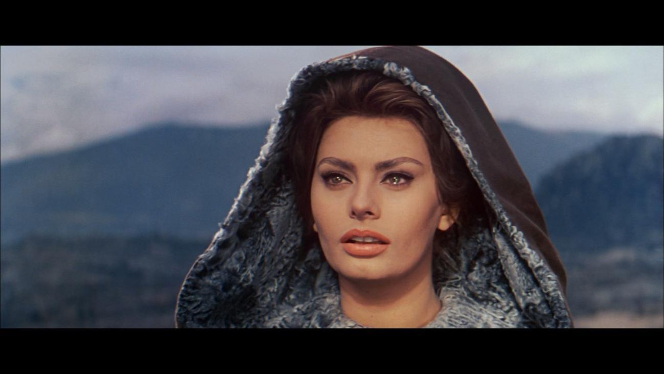 Sophia Loren interpretando a Jimena. A mí no me parece tan guapa, pero bueno, los tiempos cambian. Seguro que está llorando porque ve cómo el derrochador de su marido vuelve a irse de caballos y putas con su pandilla dejándola a ella sola con las crías en un convento. A lo mejor tendrían para comprarse una casa si no se quemase toda la pasta en juegas y guateques.